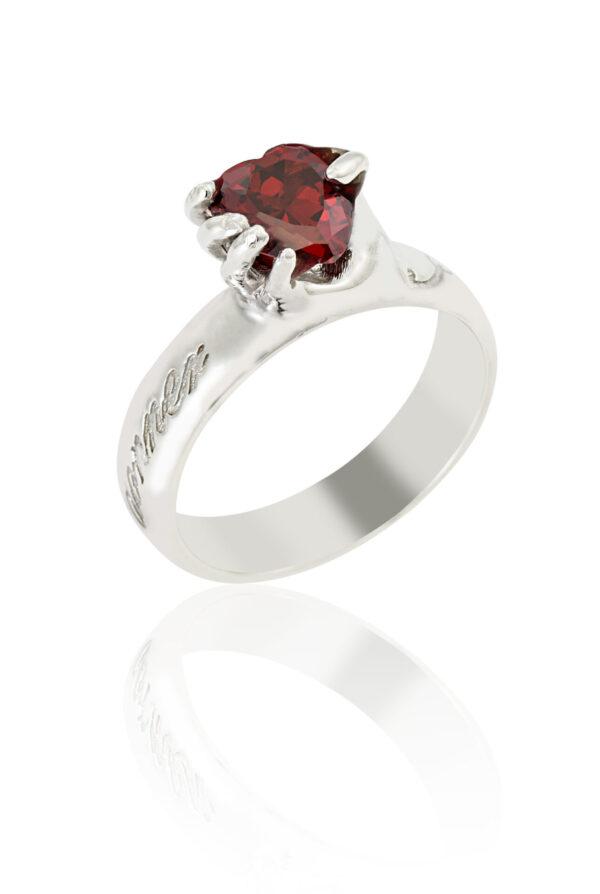 Anello d'argento con pietra di zirconia cubica rossa